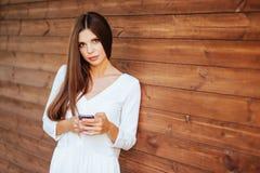 Mujer sonriente hermosa con el teléfono móvil foto de archivo libre de regalías