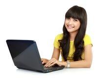Mujer sonriente hermosa con la computadora portátil Imágenes de archivo libres de regalías