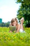 Mujer sonriente hermosa con PC de la tablilla, al aire libre Imágenes de archivo libres de regalías