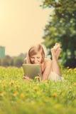 Mujer sonriente hermosa con PC de la tablilla, al aire libre Foto de archivo libre de regalías
