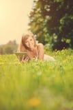 Mujer sonriente hermosa con PC de la tablilla, al aire libre Imagen de archivo