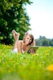 Mujer sonriente hermosa con PC de la tablilla, al aire libre Youn hermoso Fotos de archivo