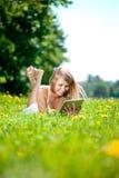 Mujer sonriente hermosa con PC de la tablilla, al aire libre Youn hermoso Imagenes de archivo
