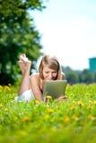 Mujer sonriente hermosa con PC de la tablilla, al aire libre Youn hermoso Foto de archivo