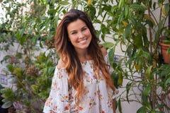 Mujer sonriente hermosa con sonrisa perfecta fotografía de archivo libre de regalías