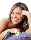 Mujer sonriente hermosa con una flor Foto de archivo