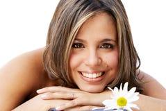 Mujer sonriente hermosa con una flor Imágenes de archivo libres de regalías