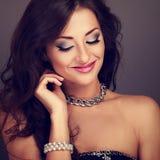 Mujer sonriente hermosa del maquillaje de la tarde con el peinado rizado largo Foto de archivo