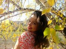 Mujer sonriente hermosa en bosque del otoño Fotografía de archivo libre de regalías