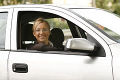 Mujer sonriente hermosa en coche Imagenes de archivo
