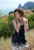 Mujer sonriente hermosa joven al aire libre Imagen de archivo libre de regalías