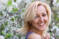 Mujer sonriente hermosa joven al aire libre Fotos de archivo libres de regalías