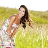 Mujer sonriente hermosa joven al aire libre imagenes de archivo