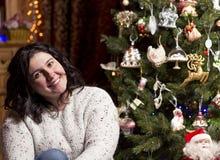 Mujer sonriente hermosa joven cerca del árbol de navidad Fotos de archivo libres de regalías