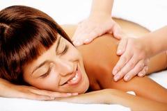 Mujer sonriente hermosa que consigue un masaje. imagen de archivo libre de regalías