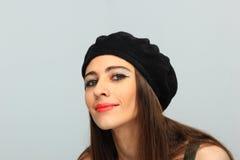 Mujer sonriente hermosa que lleva un sombrero de la boina Foto de archivo libre de regalías