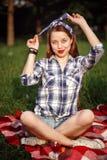 Mujer sonriente hermosa vestida en Pin Up Style Imagen de archivo libre de regalías