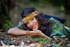 Mujer sonriente joven al aire libre Foto de archivo libre de regalías