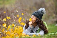 Mujer sonriente joven al aire libre Imágenes de archivo libres de regalías