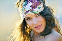 Mujer sonriente joven al aire libre en día soleado del verano Fotografía de archivo