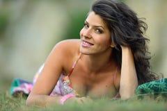 Mujer sonriente joven al aire libre en día soleado del verano Imágenes de archivo libres de regalías