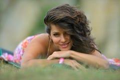 Mujer sonriente joven al aire libre en día soleado del verano Foto de archivo libre de regalías