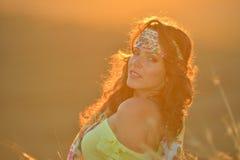 Mujer sonriente joven al aire libre en luz de la puesta del sol del verano Foto de archivo