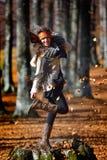 Mujer sonriente joven al aire libre en otoño Imagen de archivo libre de regalías