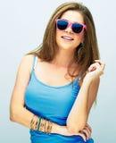 Mujer sonriente joven con el pelo largo que presenta en estudio con s rosado Fotos de archivo libres de regalías