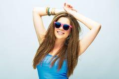 Mujer sonriente joven con el pelo largo que presenta en estudio con s rosado Fotografía de archivo libre de regalías