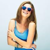 Mujer sonriente joven con el pelo largo que presenta en estudio con s rosado Foto de archivo libre de regalías