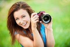 Mujer sonriente joven con la cámara Imágenes de archivo libres de regalías