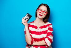 Mujer sonriente joven con la cámara retra Imagen de archivo