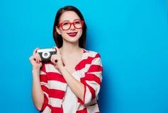 Mujer sonriente joven con la cámara retra Fotografía de archivo