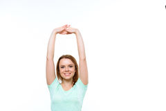 Mujer sonriente joven con los brazos sobre ella Fotografía de archivo libre de regalías