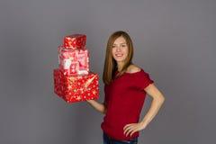 Mujer sonriente joven con los regalos de Navidad Fotografía de archivo