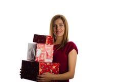 Mujer sonriente joven con los regalos de Navidad Imagen de archivo libre de regalías