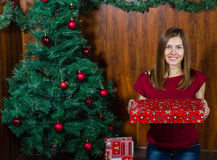 Mujer sonriente joven con los regalos de Navidad Imágenes de archivo libres de regalías