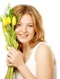 Mujer sonriente joven con los tulipanes amarillos Foto de archivo