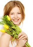 Mujer sonriente joven con los tulipanes amarillos Fotografía de archivo