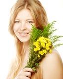 Mujer sonriente joven con los tulipanes amarillos Imagenes de archivo