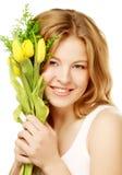 Mujer sonriente joven con los tulipanes amarillos Imágenes de archivo libres de regalías