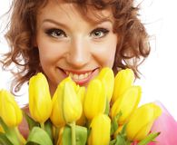 Mujer sonriente joven con los tulipanes amarillos Imagen de archivo libre de regalías