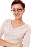 Mujer sonriente joven con los vidrios y corte de pelo corto Fotografía de archivo