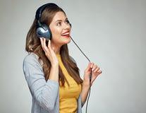 Mujer sonriente joven de la música que escucha Foto de archivo