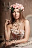 Mujer sonriente joven de lujo de la belleza en vestido del vintage en costoso Fotos de archivo libres de regalías