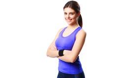 Mujer sonriente joven del deporte que se coloca con los brazos doblados Fotografía de archivo