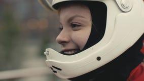Mujer sonriente joven del retrato en una cámara lenta del casco protector metrajes