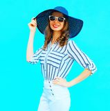 Mujer sonriente joven elegante que lleva un sombrero de paja, pantalones blancos imágenes de archivo libres de regalías