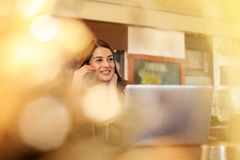 Mujer sonriente joven en café imagenes de archivo